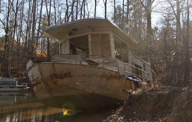 Ghost boat haunts residents of Lake Lanier cove near Cumming